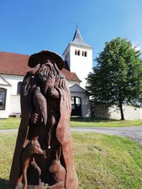 Dřevěná socha na návsi u kostela